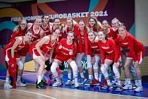 Český tým i s Lenkou Bartákovou (dole vlevo), Renátou Březinovou (nahoře čtvrtá zprava), Michaelou Matuškovou (dole druhá zprava) a Petrou Záplatovou (nahoře vlevo).