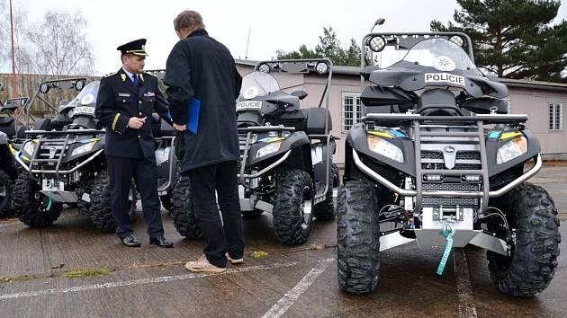 Předání čtyřkolek královéhradeckým policistům.