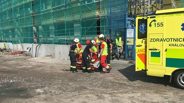 Záchranu osoby ze staveniště hasiči se záchranáři pravidelně cvičí. Tentokrát měli takový zásah naostro.