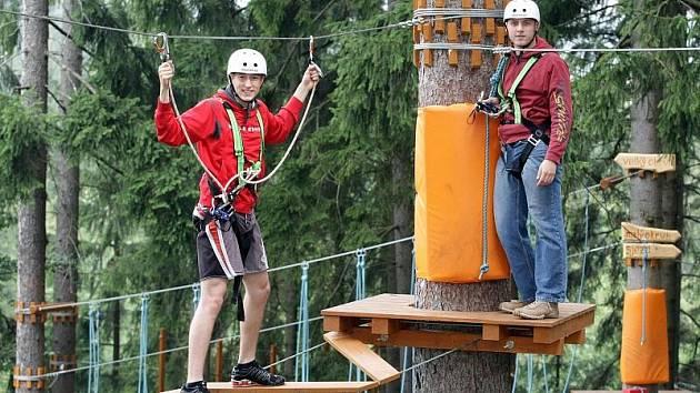 Lanový park a jízdu na čtyřkolkách vyzkoušeli 12. srpna v Deštném v Orlických horách automobiloví závodníci Josef Král a Michal Matějovský.
