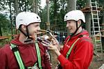 Automobiloví závodníci Michal Matějovský a Josef Král v Lanovém parku v Deštném v Orlických horách.