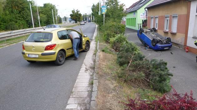 Boční střet na Brněnské obrátil auto na střechu.
