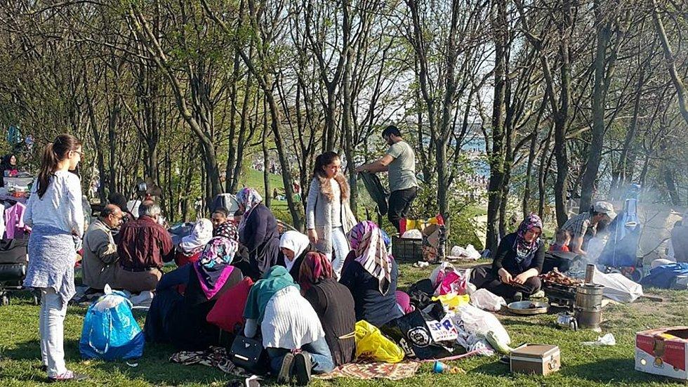 Fotky z dezinformačního mailu mají ukazovat nelegální migranty v Hradci Králové. Jsou to ale několik let staré fotky z úplně jiného státu.