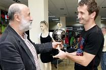 """Z vyhlášení vítězů soutěže fotbalových kanonýrů """"O nejlepšího střelce východních Čech""""."""