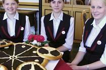 Studentky školy se sladkou pochoutkou z Chodska.