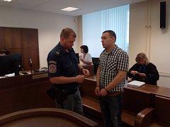 Ze sedmi trestných činů se u Krajského soudu v Hradci králové zodpovídá Pavel Gajewski (27) z Polska. Mimo jiné napadl, zranil a okradl svou bývalou přítelkyni i spolubydlícího z ubytovny.
