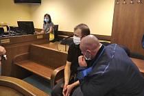 Odsouzený Petr B. (vlevo) si za vraždu sousedky odsedí 15 let.