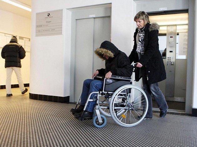 Královéhradecký magistrát dává imobilním návštěvníkům k dispozici vozík.