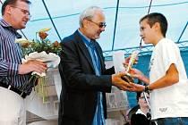 Absolutní vítěz Ondřej Jonáš přebírá cenu od ředitele našeho vydavatelství Karla Tejkla a náměstka primátora H. Králové Martina Soukupa (vlevo)