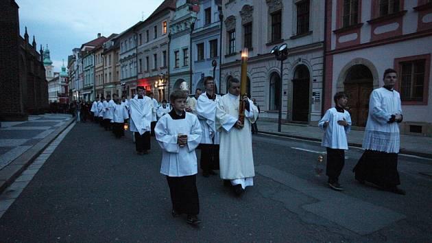 Průvod věřících na vigilii slavnosti Zmrtvýchvstání Páně do katedrály Svatého ducha v Hradci Králové.