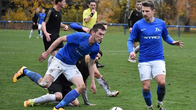 Domácí zápas se Sobotkou se chlumeckým fotbalistům (v modrém) výsledkově vydařil, neboť si po vítězství 2:1 připsali tři body. Jinak se ovšem během podzimní části moc neradovali.
