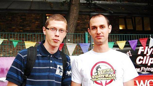 Tomáš Tuček a Martin Sládek z Hradce vyhráli mistrovství světa v neobvyklém sportu footbag, který je jakousi nohejbalovou exhibicí s malým míčkem.