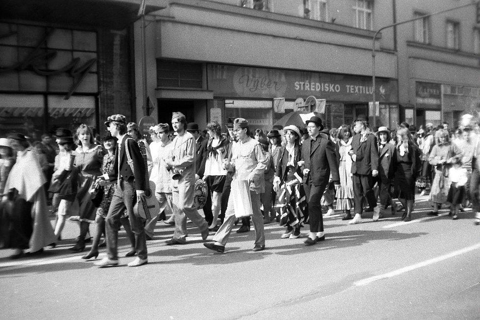 Majáles v ulicích Hradce Králové. Velké studentské slavnosti oslavovaly příchod máje, lásku, radost ze života a krásu studentského života.
