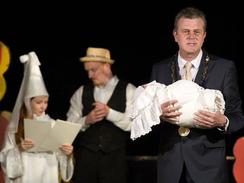 Vítání nových občánků města Hradec Králové na prknech divadla Drak.