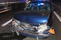 Dopravní nehoda tří vozidel u mostu U Soutoku v Hradci Králové.