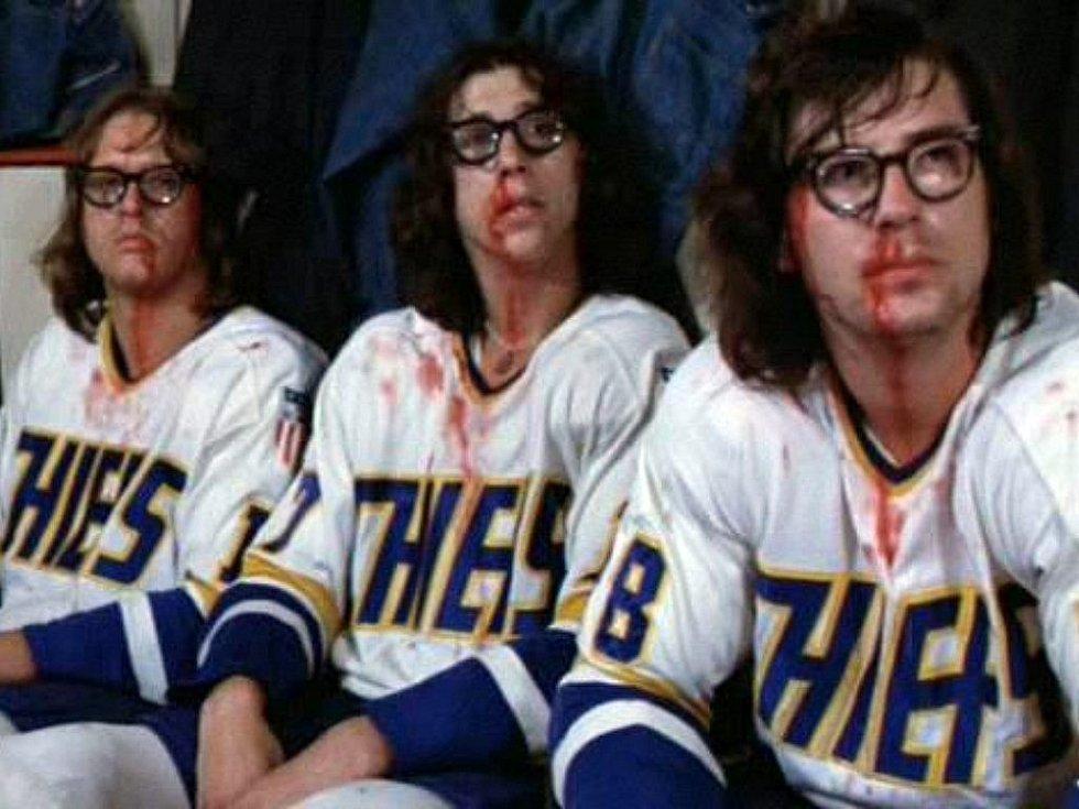 Ve filmu Slap Shot z roku 1977 si role bitkařů střihli skuteční hokejisté (zleva) Dave Hanson (ve filmu Jack Hanson), Steve Carlson (Steve Hanson) a Jeff Carlson (Jeff Hanson).