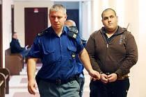 Miroslav Karika před hradeckým soudem za znásilnění nezletilé dívky (25. listopadu 2010).