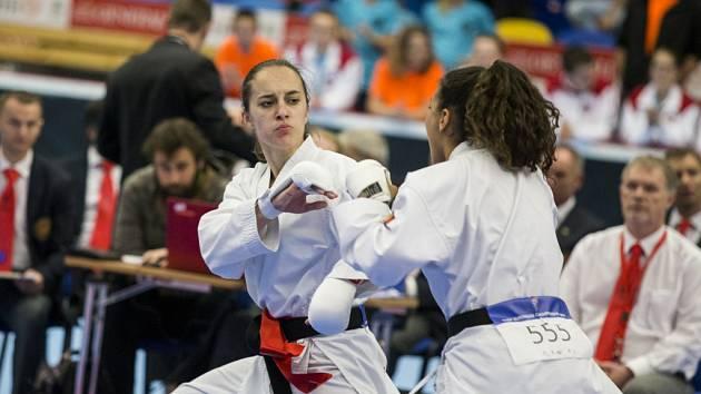 kumite je divácky atraktivní disciplína. Zajímavé bývají především zápasy dvou bojovníků v ženském provedení.