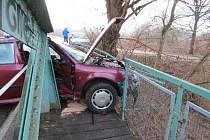 Řidička po smyku prorazila zábradlí na mostu.