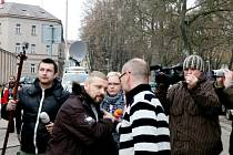 Roman Pekárek při nástupu do vazební věznice.