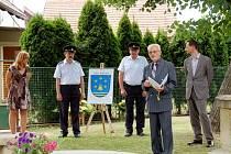 Starosta obce František Šafka při představení návrhu znaku obce Šaplava.