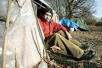 Lidem bez domova se v těchto dnech nežije příliš lehce. Jeden z hradeckých bezdomovců Miloš Koky žije již dva roky pouze ve svém stanu na okraji Hradce Králové. Ale ani přes velký mráz, který byl 22. února si téměř na nic nestěžuje.