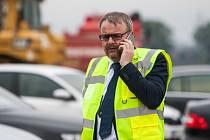 Ministr dopravy Dan Ťok při návštěvě stavby dálnice D11 u Hradce Králové.