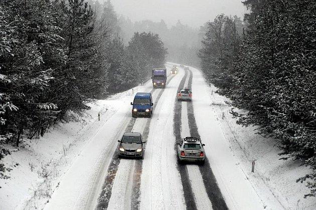 Silnice R35 směrem z Hradce Králové na Brno, v pátek 8. ledna 2010.