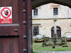 Hospodářské budovy u zámku v Hrádku u Nechanic.