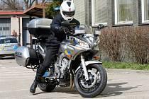 Hradečtí policisté totiž budou mít na piráty silnic novou zbraň, motocykl s radarem a záznamovým zařízením.