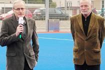 Zleva Milan Nejedlý (předseda oddílu pozemního hokeje TJ Slavia Hradec Králové) a Zdeněk Fink (primátor města Hradec Králové).