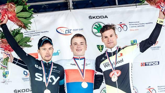 Trojice nejlepších jezdců závodu s hromadným startem v rámci mistrovství ČR, které se jelo společně se Slováky v Žilině – zleva: druhý Leopold König (stáj Sky), vítězný Petr Vakoč (Etixx–Quick Step), třetí Jiří Polnický (Whirlpool Author).
