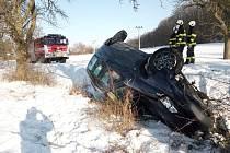 Auto se po nehodě převrátilo na střechu.