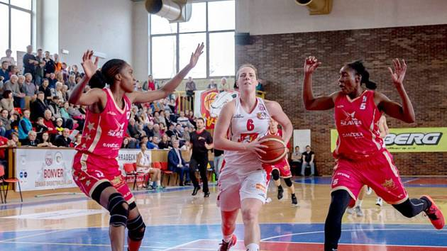 Bonver ženská basketbalová liga: Sokol ZVU Strojírny Hradec Králové - BLK Slavia Praha.