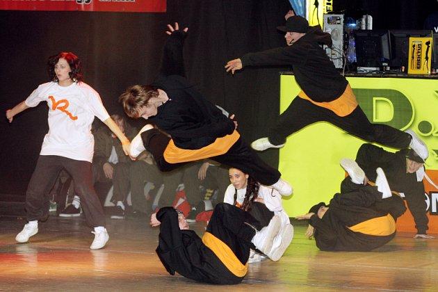 12 špičkových českých tanečeních skupin se představilo v hradeckém Aldisu v tanečení soutěži Dance floor attack vol.4.