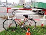 Střet cyklistky s osobním vozidlem na přechodu poblíž hradecké fakultní nemocnice.