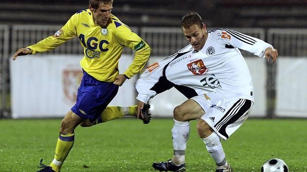 Hradecký fotbalista Roman Fischer (vpravo) a  teplický Vlastimil Stožický (vlevo).