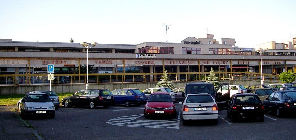 Centrum služeb a nákupů na konečné autobusů Pod Strání, ulice Milady Horákové