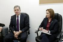 Ministr pro lidská práva, rovné příležitosti a legislativu Jiří Dienstbier a Irena Spiššáková, ředitelka Křesadla HK.