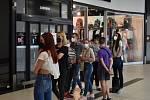 Na vstup do obchodu s oblečením New Yorker si lidé museli počkat ve frontě. Jde přitom o jeden z největších obchodů ve Futuru. Najednou v něm může nakupovat 51 lidí.