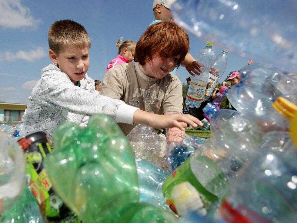 Žáci ZŠ a MŠ v Lovčicích při překonávání nového českého rekordu ve tvorbě kouzelnické hůlky z plastových lahví.
