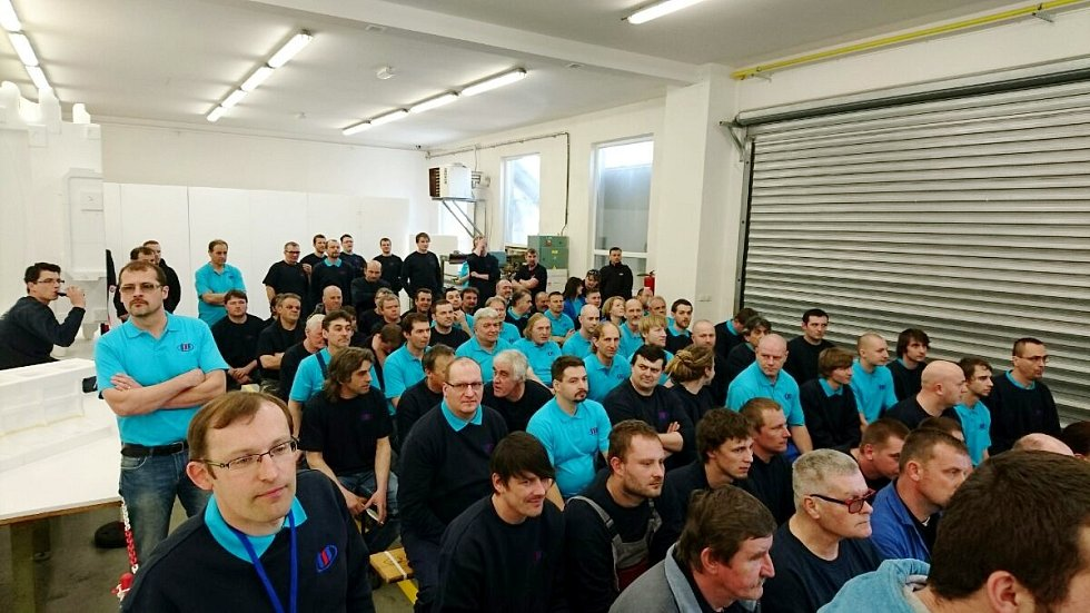 Zaměstnanci Třebechovické slévárny a strojírny očekávající příchod vzácné návštěvy.