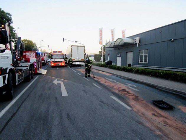 Únik nafty znákladního automobilu vkrálovéhradecké ulici Akademika Bedrny.