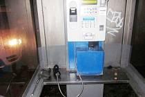 Poškozený telefonní automat.