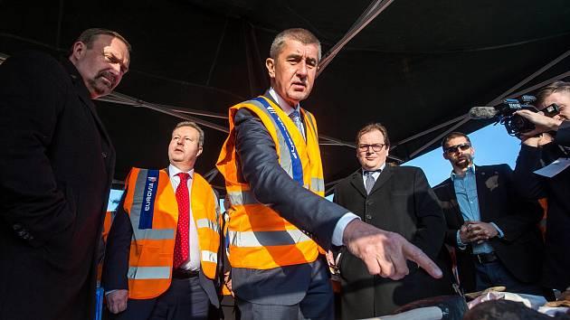 Vláda na výjezdu v Královéhradeckém kraji, včetně premiéra v demisi Andreje Babiše.