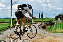 Cyklista na železničním přejezdu v Lochenicích.