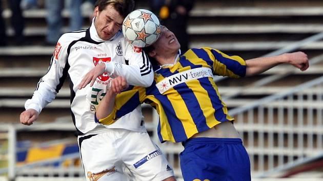 Ilustrační foto - Jakub Chleboun (vlevo) v souboji s opavským fotbalistou Liborem Kozákem.