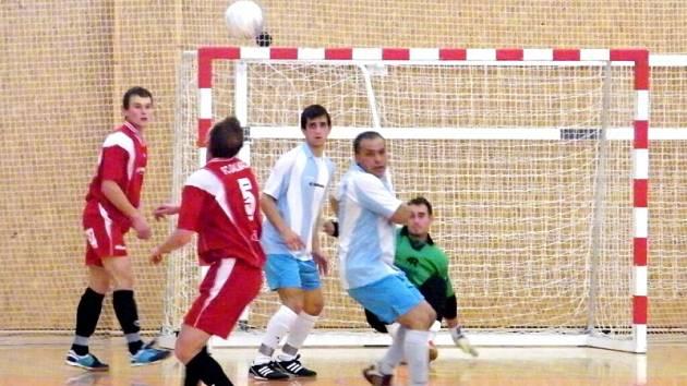 Futsalisté Hradce Králové (světlý dres) v akci.