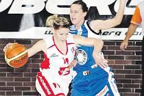Naplno do vzájemné bitvy znovu půjdou hradecká Iveta Urbanová–Šindelářová (vlevo) a Hana Šnajdrová z Trutnova. Derby východočeských rivalů je na programu ve středu od 18 hodin.