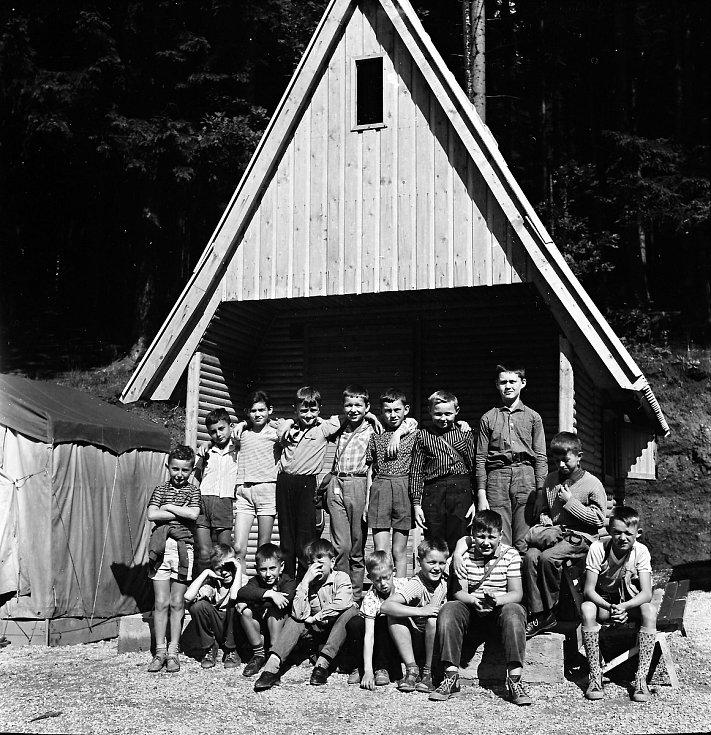 Táborový oddíl pana Oldřicha Suchoradského z Hradce Králové, který tábor absolvoval o hlavních letních prázdninách roku 1965 vMladých Bukách.